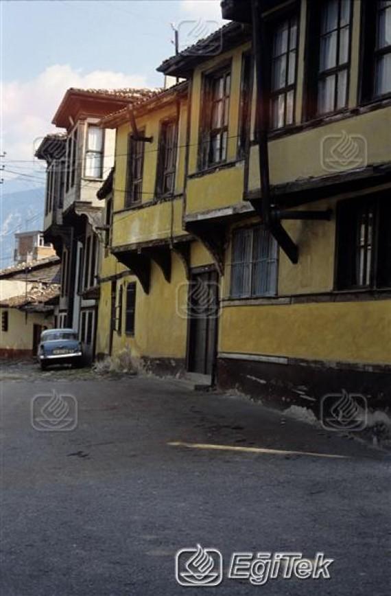 eski bir sokak görünümü ve araba,1983