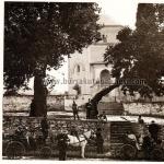 Yeşil Cami önünde turistler